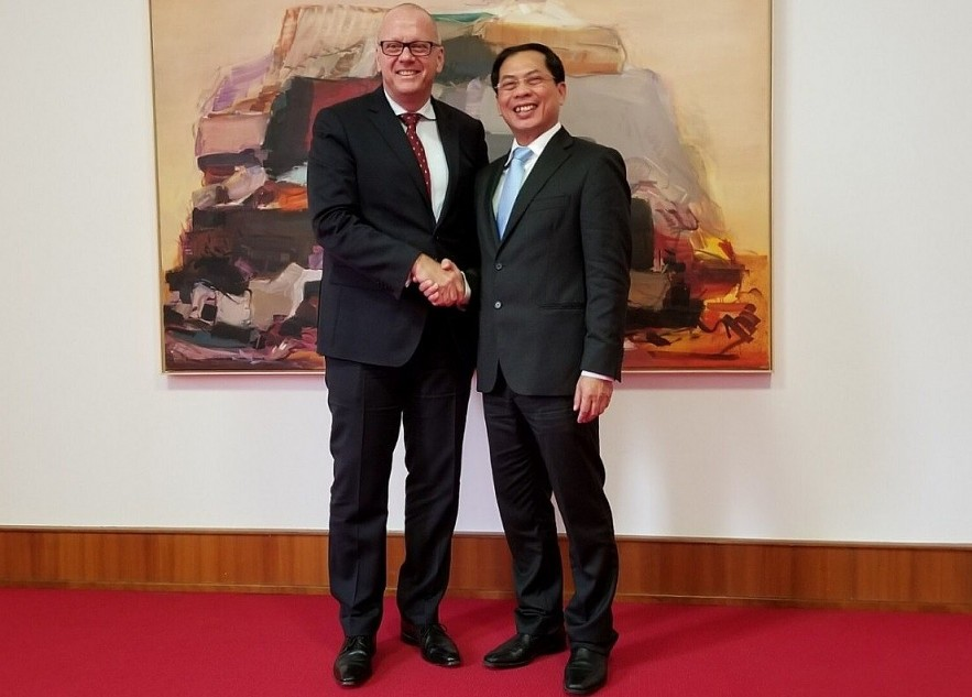 Within the framework of a working visit at the invitation of the German side, on November 1, 2018, at the headquarters of the German Foreign Ministry, Permanent Deputy Minister of Foreign Affairs Bui Thanh Son held talks with the Secretary of State in charge of Europe. Asia-Pacific, German Foreign Ministry Andreas Michaelis. (Source: VOV)