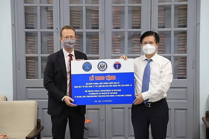 Interim Chargé d'Affaires of the US Embassy, Christopher Klein presents the symbolic sign to Deputy Minister of Health Truong Quoc Cuong - Photo: Ministry of Foreign Affairs