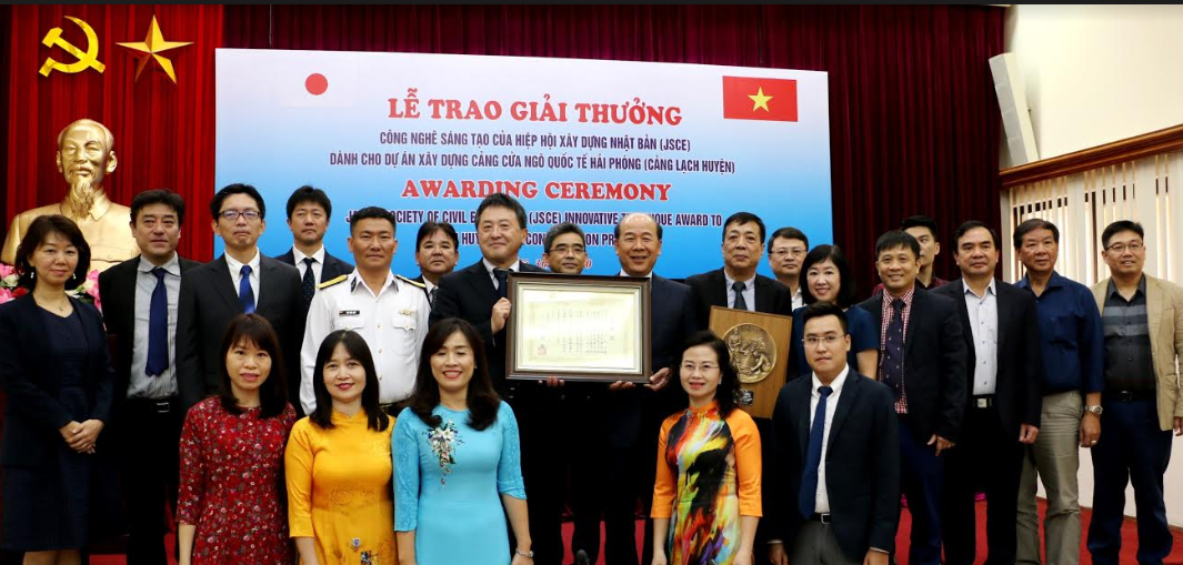 Hai Phong's Lach Huyen port infrastrure construction project receives innovative technique award