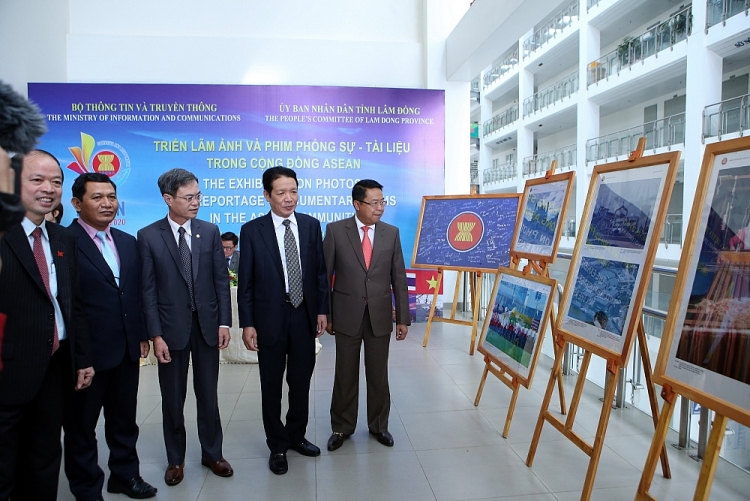 """ASEAN in our hearts""-an inspired exhibition of photos and reportage on the countries and peoples in ASEAN community"