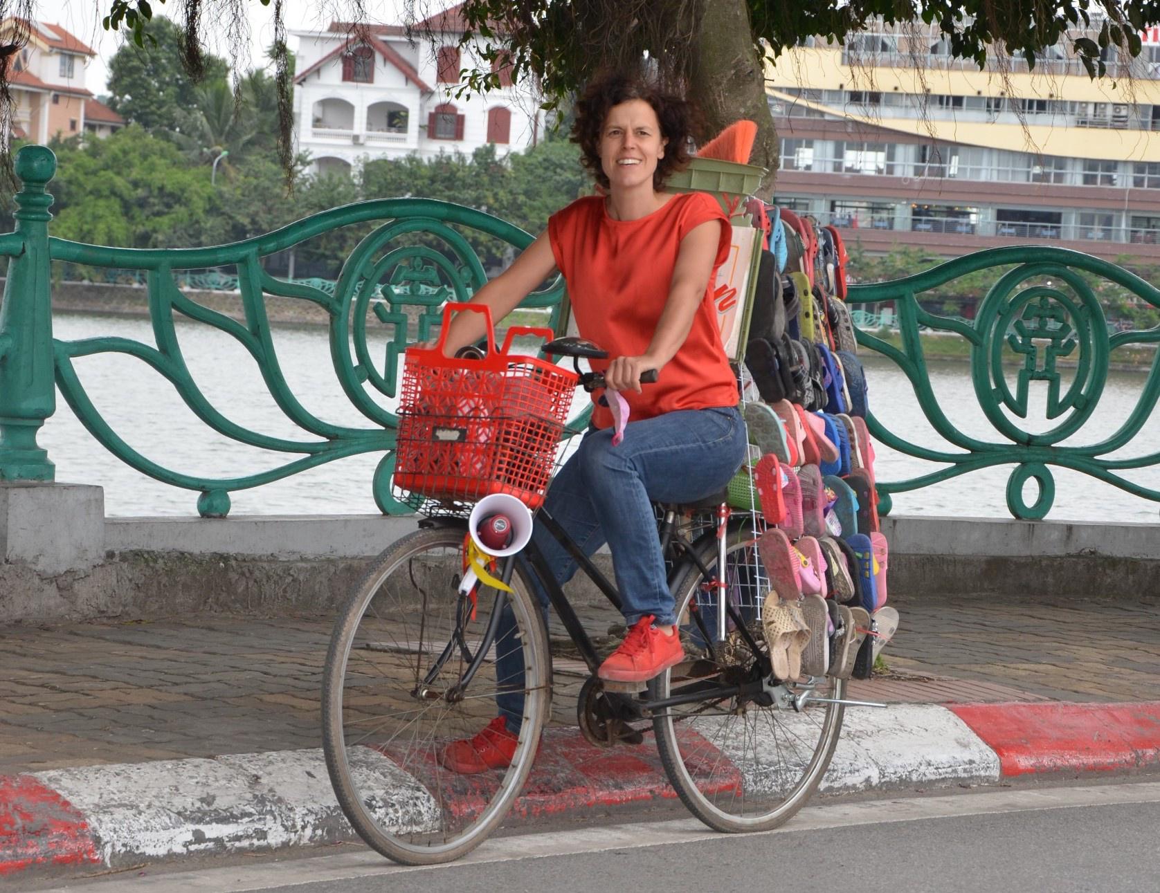 Belgian woman in Vietnam: Pick up lost sandal on roads