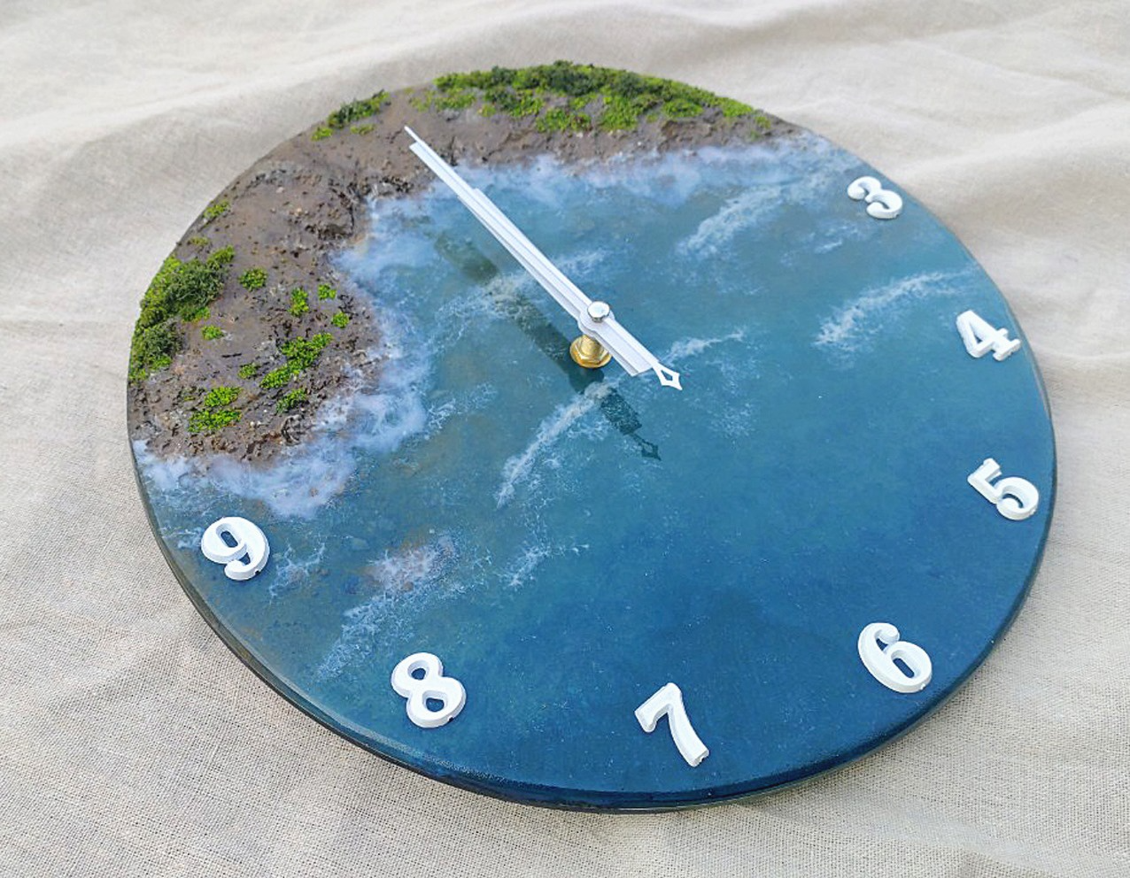 In photo and video: Lifelike clock paintings made of glue, sand and stone