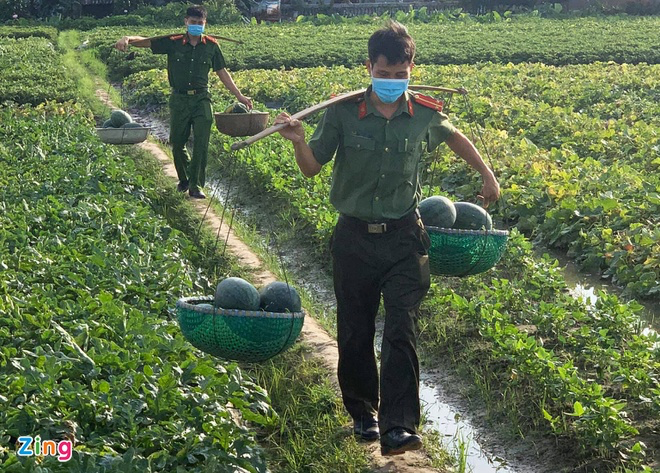 Police sell watermelons to help people in Bac Giang blockade areas
