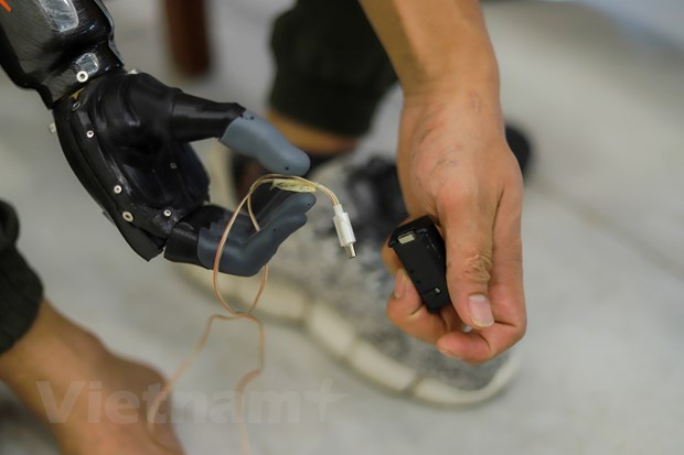 'Made in Vietnam' robotic arm for disabled  - Video