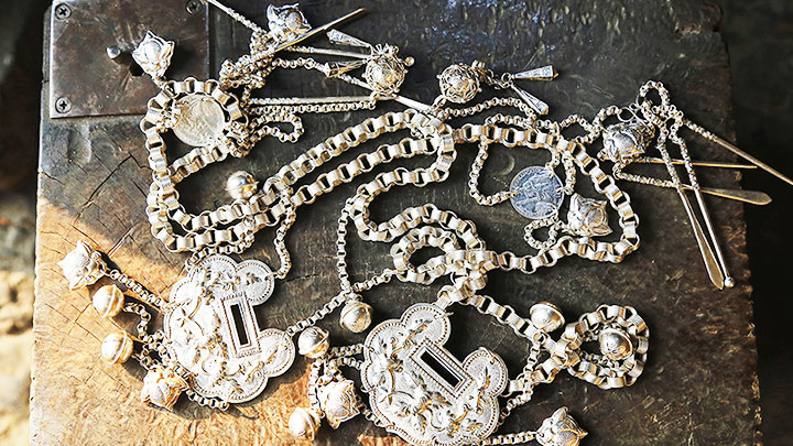 Preserving the quintessence of H'Mong silver carving