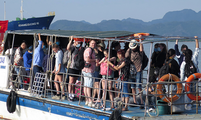 Locals and foreigners on a boat from Hai Phong City to Cat Ba Island, a popular tourist destination, April 30, 2021. Photo: VnExpress