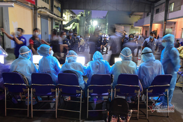Health workers take samples for Covid tests for workers in an industrial park in Ho Chi Minh City. Photo: VNN