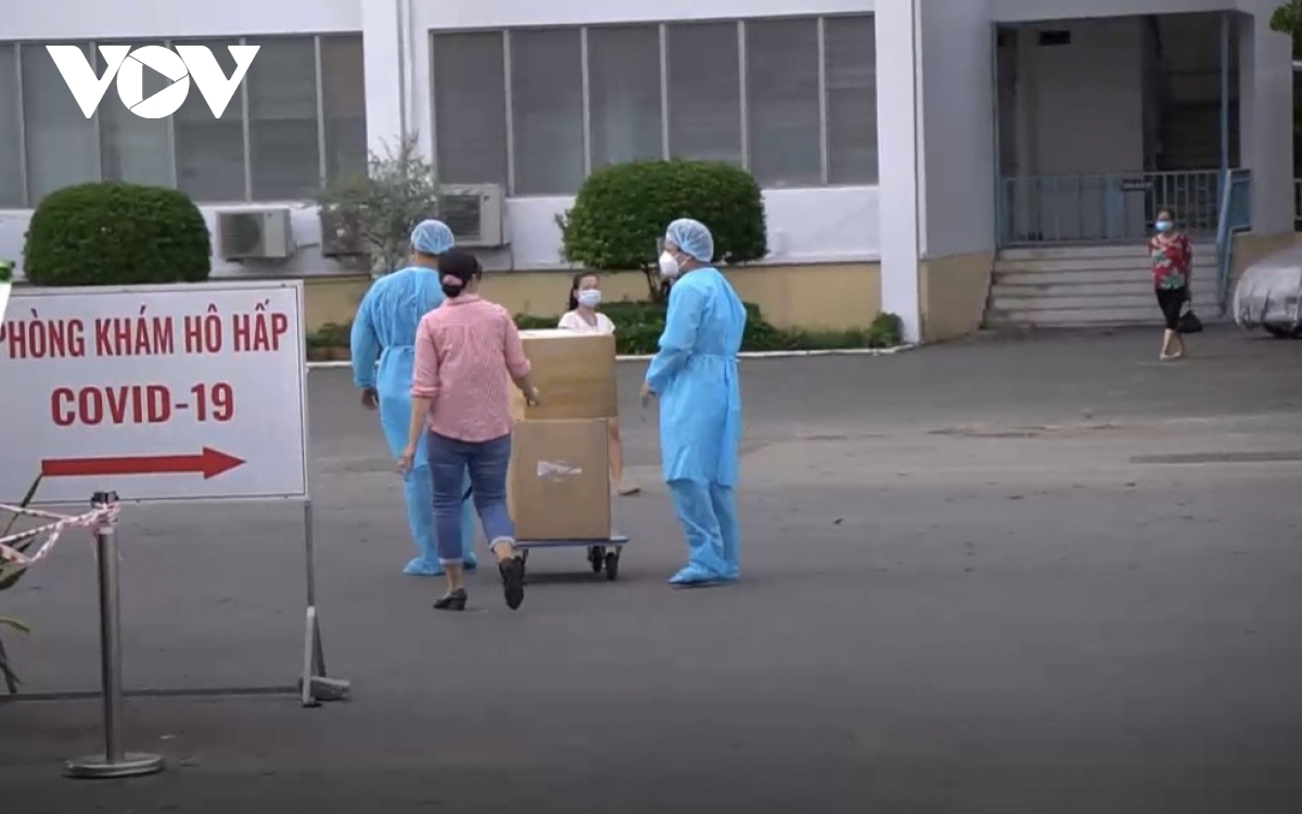 Employees of the HCM City Hospital for Tropical Diseases have been required to self-isolate to slow the spread of the virus. In the photo, employees are moving their personnal belongings to quarantine areas. Photo: VOV
