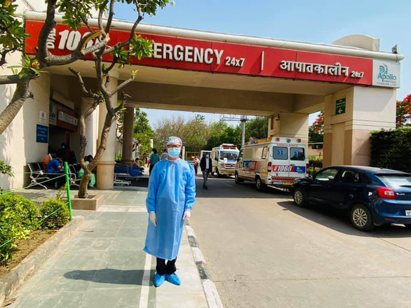 Vietnamese Ambassador to India Pham Sanh Chau is present at Apollo Hospital in New Delhi, India, where Nhan - a Vietnamese engineer who built the embassy - is being treated for Covid-19 - Photo : Facebook of Ambassador Pham Sanh Chau Facebook
