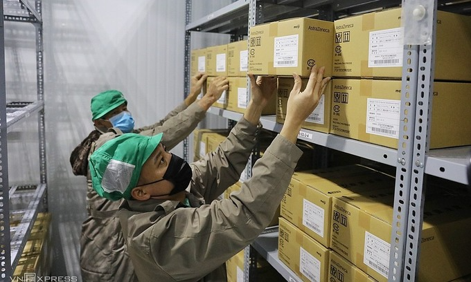 Batches of the AstraZeneca Covid-19 vaccine are transported from Hanoi to a storage facility of the Pasteur Institute in HCMC, June 17, 2021. Photo by VnExpress/Quynh Tran.