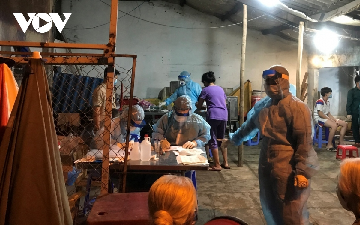 Medical workers spend all night taking samples for COVID-19 testing in Nha Be district . Photo: VOV