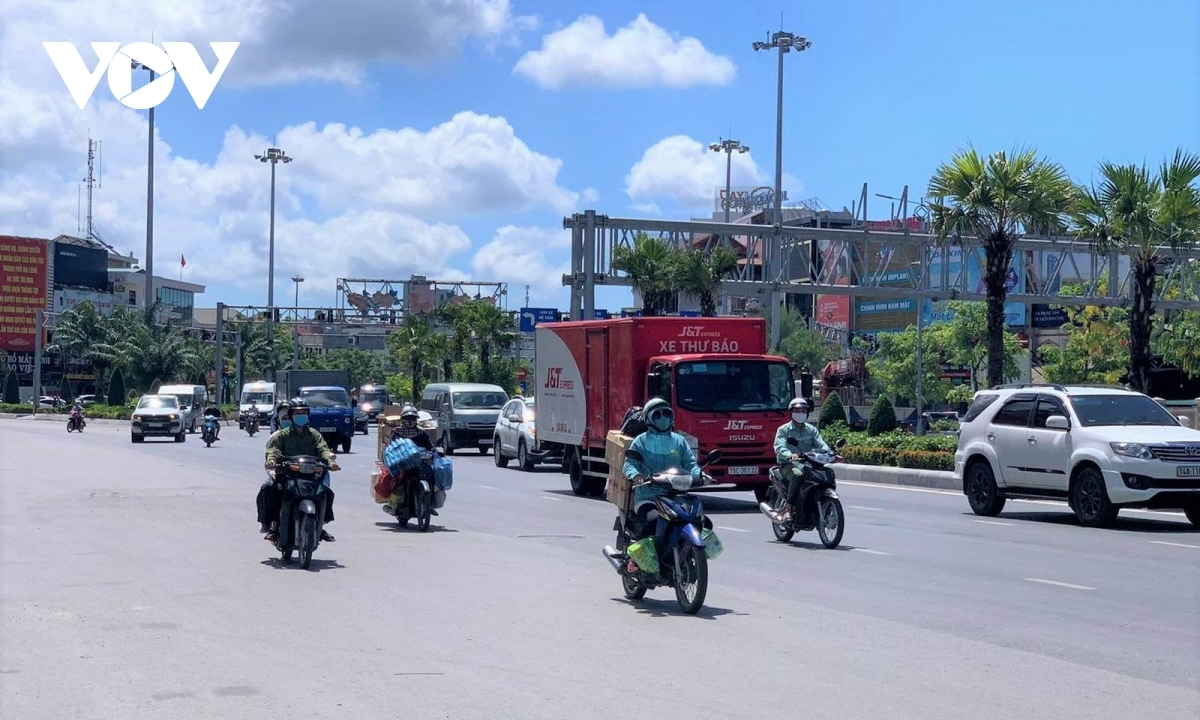 Temperatures rise to highs of 38 degrees Celsius at midday, forcing drivers to wear long-sleeve shirts and sunglasses to fight against the harsh weather conditions. Photo: VOV