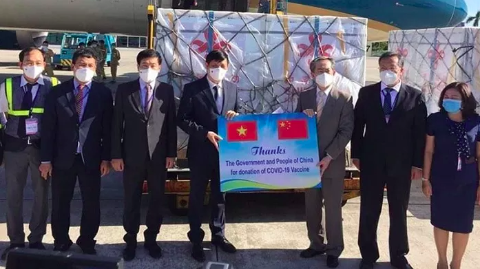 Vietnam receives 500,000 doses of Vero-Cell vaccine from China. Photo: NDO