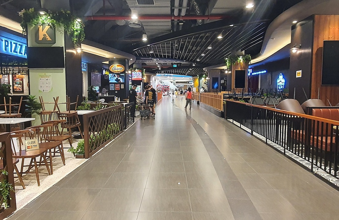 Closed restaurants inside a shopping mall in Ha Dong District, Hanoi, June 20. Photo: VnExpress