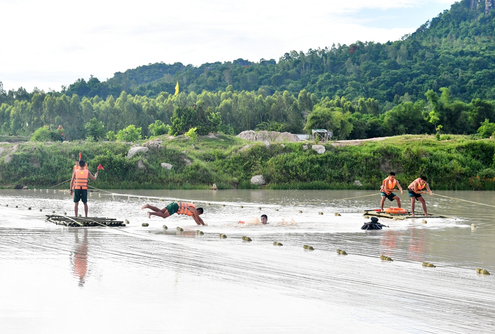 In Photos: Vietnamese Division 330's troops sharpen river crossing skills