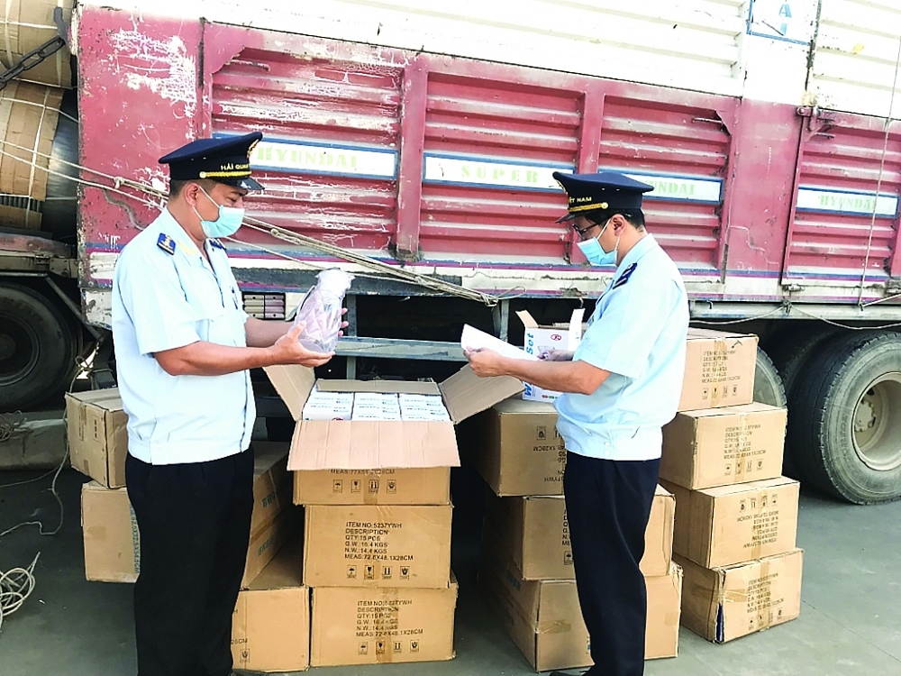 Customs Department officials inspect imported goods. Photo: VGP