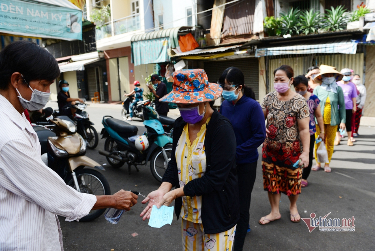 Local residents in high-risk areas use coupons to go shopping in HCM City. (Photo: VietnamNet)