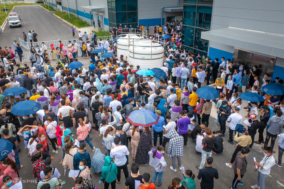 Luxshare ICT workers gather to get the new coronavirus test, June 29, 2021. Photo by VnExpress/Dong Giang.