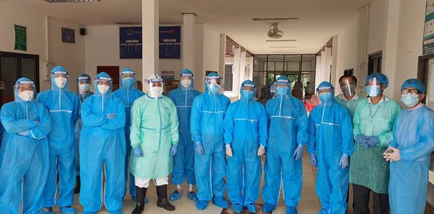 Doctors from Vietnam and Laos prepare to consult emergency patients at Pholthong Hospital (Champasak province). (Photo: PV/Vietnam+)