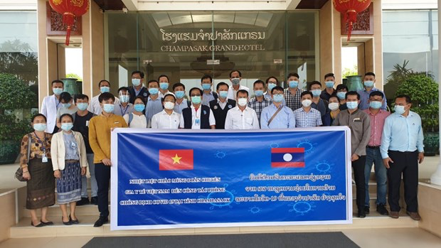 Lao leaders welcome a delegation of Vietnamese medical experts to fight against the COVID-19 epidemic. (Photo: PV/Vietnam+)