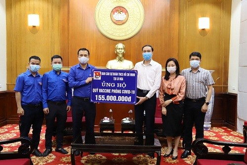 Nguyen Hai Minh, on behalf of the Youth Union Committee in Russia, gave an amount of VND 155 million to the Central Vietnam Fatherland Front.