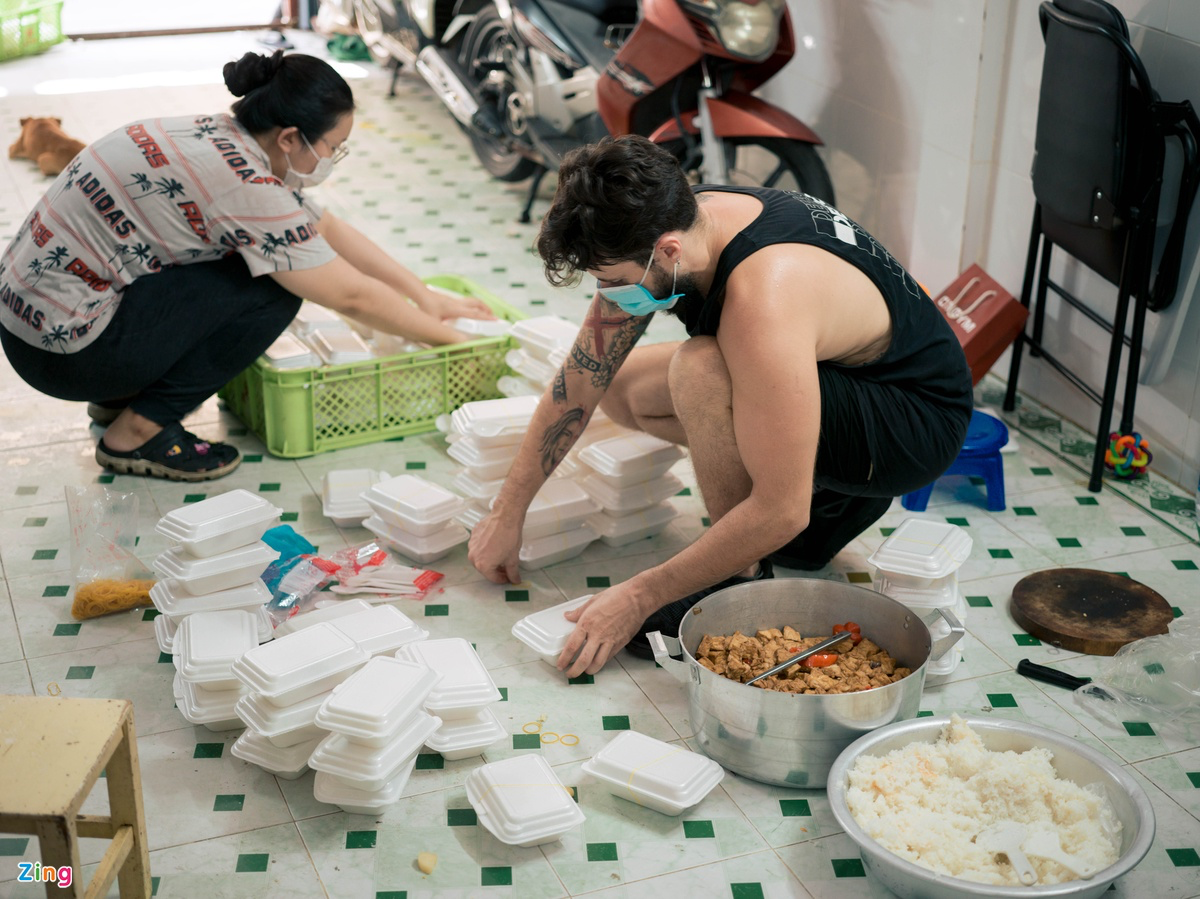 Foreigner in Vietnam distributes food to homeless in Covid hotspot