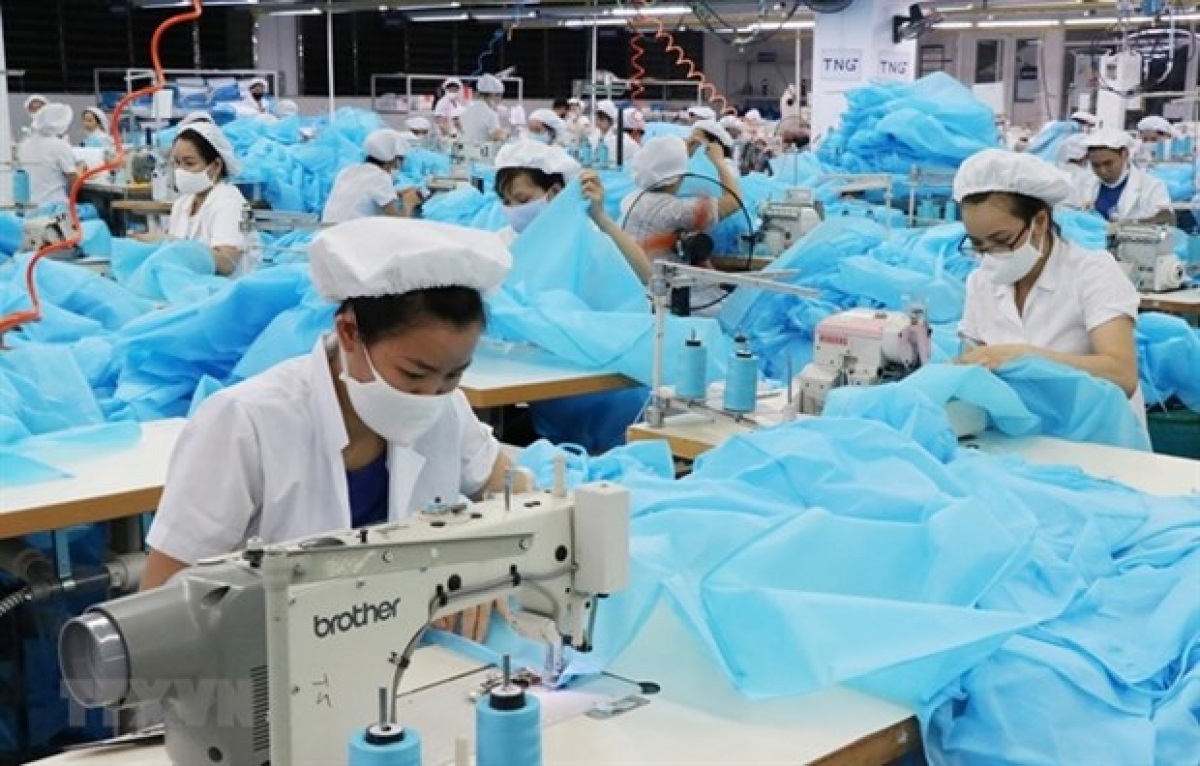 Workers working on protective clothing. Photo: VOV