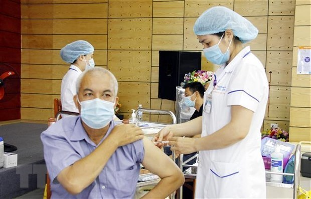 A man gets his COVID-19 vaccine shot (Photo: VNA)