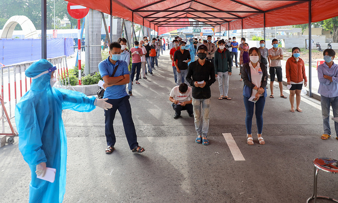 People in HCMC line up for coronavirus tests, July 6, 2021. Photo: VnExpress