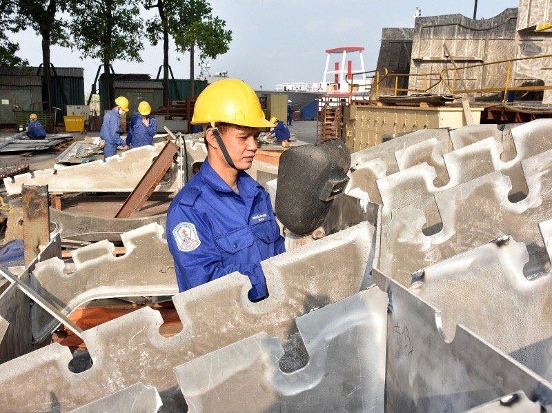 Workers at Hong Ha Shipbuilding company produce shipbuilding components. Photo: NDO