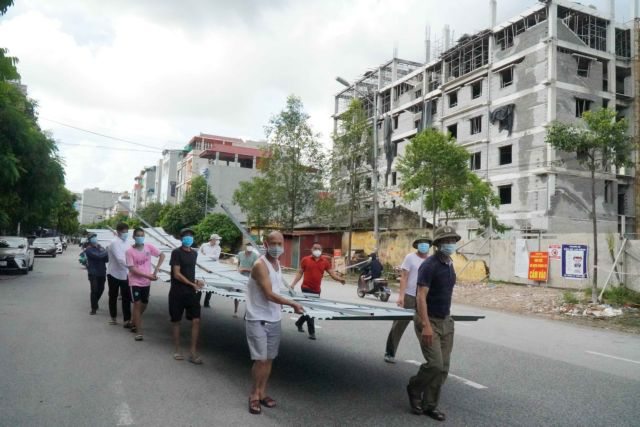 A checkpoint is set up to control the spread of COVID-19 at the Bắc Ninh Pedagogical College in northern Bắc Ninh City after new local cases are reported.