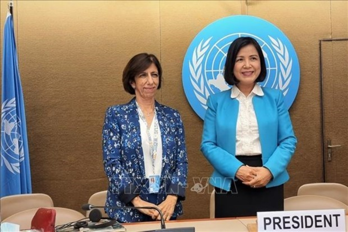 Teresa Moreira (L), head of the UNCTAD's Competition and Consumer Policies Branch, and Ambassador Le Thi Tuyet Mai (R), Permanent Representative of Vietnam to the UN, the World Trade Organisation (WTO) and other international organisations in Geneva. Photo: VNA