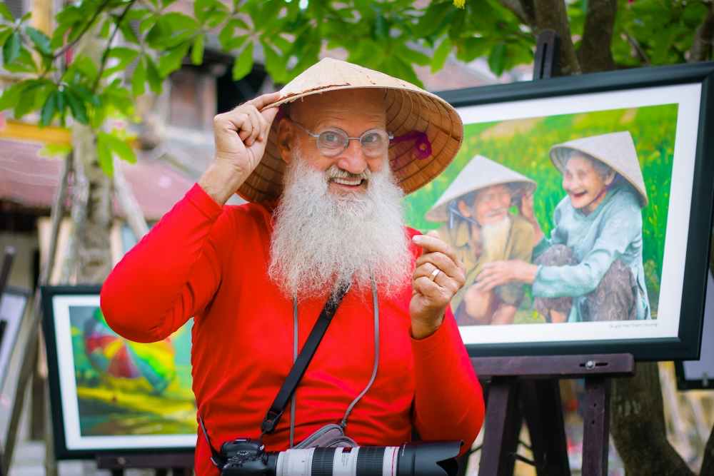 French 'Santa Claus' Loves Photographing Hoi An