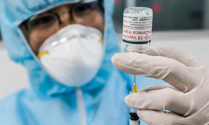 A medical worker prepares a Covid-19 vaccine shot in HCMC, June 21, 2021. Photo: VnExpress