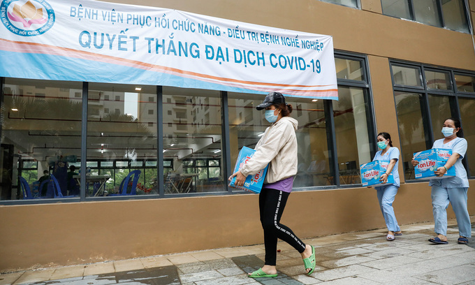 People transport supplies at a field hospital in HCMC, July 11, 2021. Photo: VnExpress