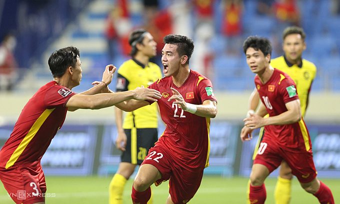Vietnam players (in red) celebrate in the 2-1 World Cup qualifiers victory over Malaysia on June 11, 2021. Photo: VnExpress