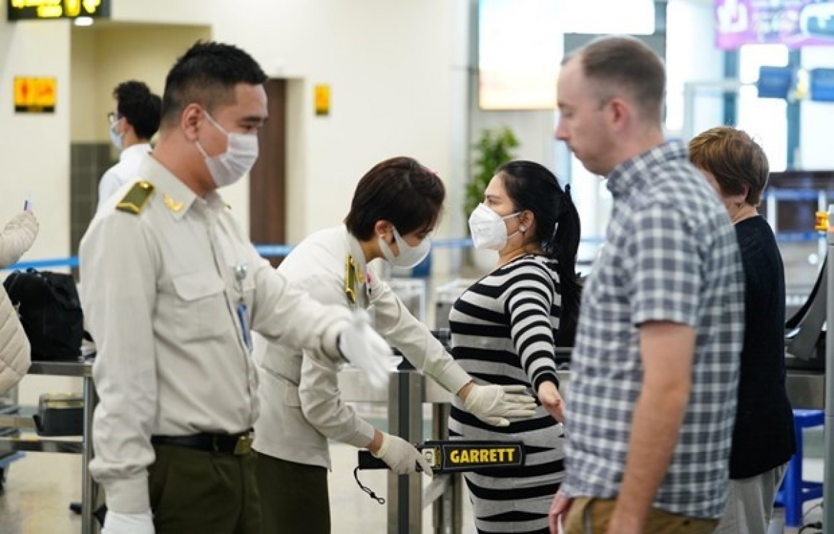 Security check for passengers at the airport. Photo: VOV
