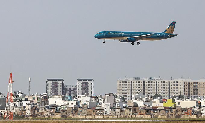An aircraft prepares to land at HCMC's Tan Son Nhat Airport. Photo: VnExpress