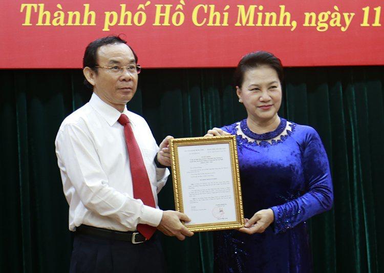 National Assembly Chairwoman Nguyen Thi Kim Ngan hands the decision to Nguyen Van Nen. Photo: VNN