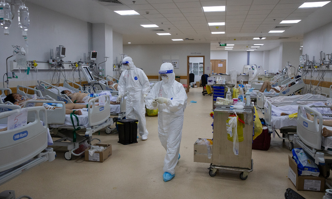 Medical workers treat Covid-19 patients in a HCMC hospital, July 19, 2021. Photo: VnExpress