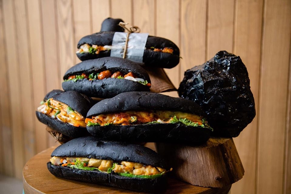 The special bread looks like a lump of coal on the outside. Photo: Check-in Ha Long
