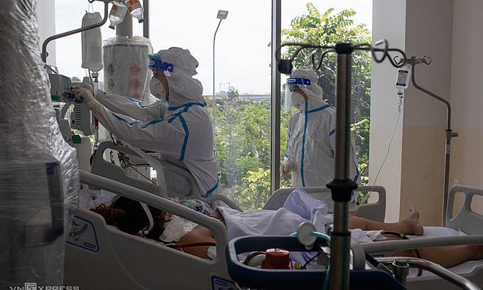 Medical staff take care of a critically ill Covid patient at HCMC Covid-19 Resuscitation Hospital in Thu Duc City, July 2021. Photo: VnExpress