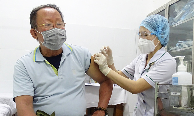 A man receives a Covid-19 vaccine shot at a hospital in Thu Duc City, July 22, 2021. Photo: VnExpress