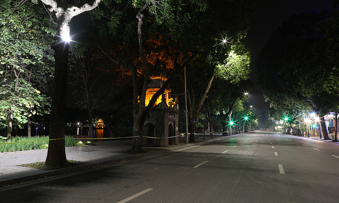 Dinh Tien Hoang Street around iconic Hoan Kiem Lake is left deserted, July 2021. Photo: VnExpress