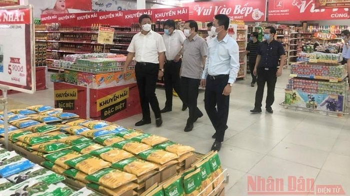 Hanoi City's leaders inspect the supply of goods at a supermarket in the city. Photo: NDO