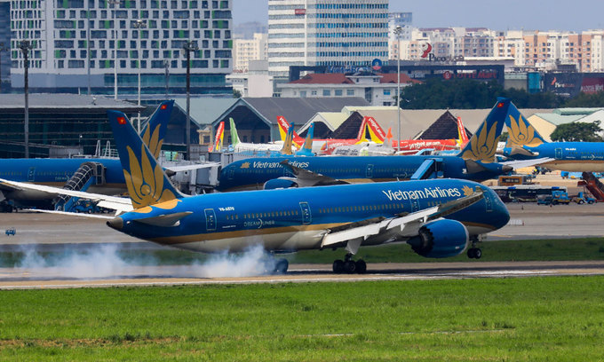 A Vietnam Airlines aircraft lands at Tan Son Nhat International Airport in Ho Chi Minh City, June 15, 2020. Photo: VnExpress