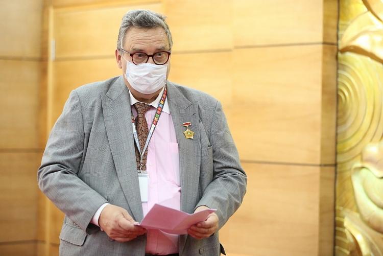 VUFO Presents Friendship Insignia to Finnish Ambassador