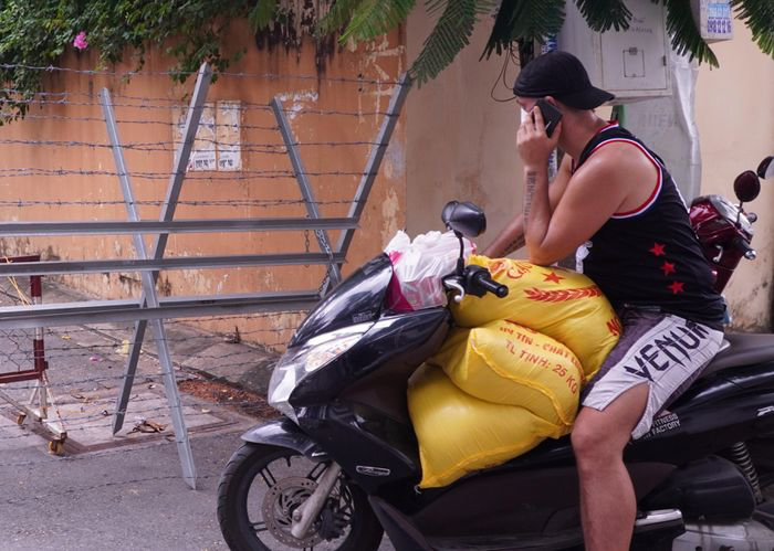 Foreigner in Vietnam Distributes Food to People in Need Amid Covid-19
