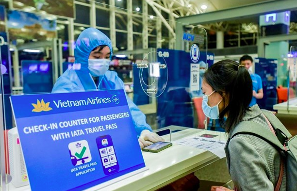 At the Vietnam Airlines counter for passengers with IATA travel pass. Photo: VNA