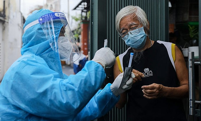 A medical staff takes samples of residents to test for Covid-19 in HCMC's Binh Thanh District on August 23, 2021. Photo: VnExpress